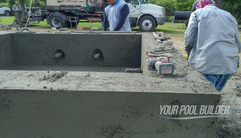 gunite-swimming-pool-construction-applying-the-gunite